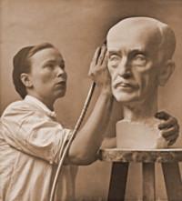 Essi Renvall työstää Otto Mannisen marmorimuotokuvaa 1943
