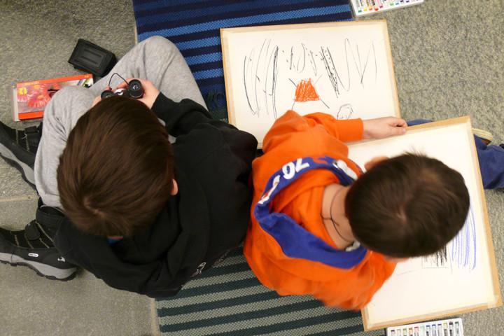pojat-piirtavat